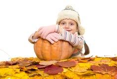 Muchacha con las hojas de otoño en blanco Fotos de archivo libres de regalías