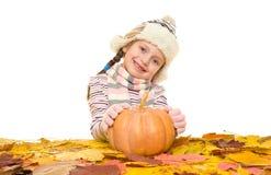 Muchacha con las hojas de otoño en blanco Foto de archivo libre de regalías