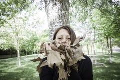Muchacha con las hojas secas Foto de archivo