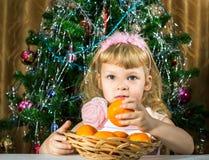 Muchacha con las mandarinas Imagen de archivo