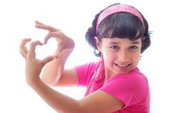 Muchacha con las manos en forma de corazón imagen de archivo libre de regalías