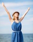 Muchacha con las manos para arriba en la playa Foto de archivo libre de regalías