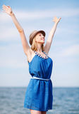 Muchacha con las manos para arriba en la playa Fotos de archivo libres de regalías