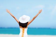 Muchacha con las manos para arriba en la playa Fotografía de archivo