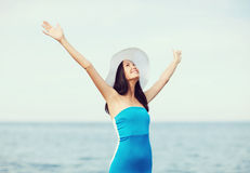 Muchacha con las manos para arriba en la playa Imágenes de archivo libres de regalías