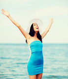 Muchacha con las manos para arriba en la playa Imagen de archivo libre de regalías