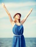 Muchacha con las manos para arriba en la playa Fotos de archivo