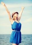 Muchacha con las manos para arriba en la playa Imagenes de archivo