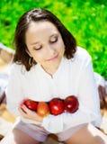 Muchacha con las manzanas Imagenes de archivo