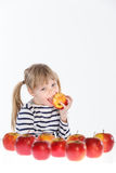 Muchacha con las manzanas en un fondo blanco Imagenes de archivo