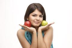 Muchacha con las manzanas verdes y rojas Fotografía de archivo libre de regalías