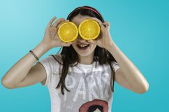 Muchacha con las naranjas en su fondo del azul de los ojos Fotos de archivo libres de regalías