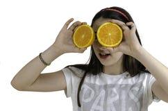 Muchacha con las naranjas en su fondo del blanco de los ojos Imagen de archivo
