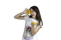 Muchacha con las naranjas en su fondo del blanco de los ojos Fotografía de archivo libre de regalías