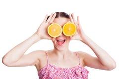Muchacha con las naranjas en sus ojos Imagen de archivo