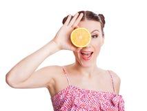 Muchacha con las naranjas en sus ojos Fotos de archivo libres de regalías