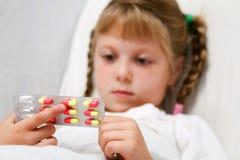 Muchacha con las píldoras Fotografía de archivo libre de regalías