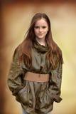 Muchacha con las pecas que llevan una chaqueta de oro foto de archivo