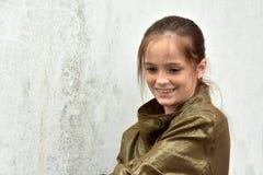 Muchacha con las pecas que llevan una chaqueta de oro Foto de archivo libre de regalías