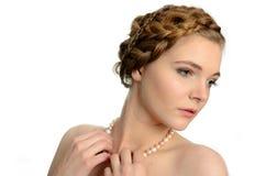 Muchacha con las perlas Fotografía de archivo libre de regalías