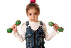 Muchacha con las pesas de gimnasia de los niños Fotos de archivo libres de regalías