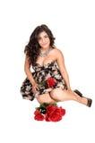 Muchacha con las rosas en suelo. Fotos de archivo libres de regalías