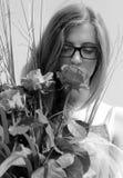 muchacha con las rosas rojas Fotos de archivo libres de regalías