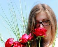 muchacha con las rosas rojas Fotos de archivo