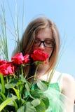 muchacha con las rosas rojas Imágenes de archivo libres de regalías