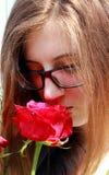 muchacha con las rosas rojas Imagen de archivo