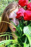 muchacha con las rosas rojas Fotografía de archivo