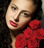 Muchacha con las rosas y los labios rojos foto de archivo