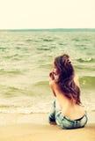 Muchacha con las tetas al aire en la playa Foto de archivo libre de regalías