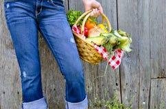Muchacha con las verduras frescas Fotografía de archivo