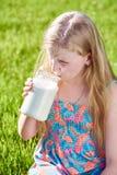 Muchacha con leche larga de la bebida del pelo Imágenes de archivo libres de regalías