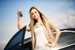 Muchacha con llave del coche Fotografía de archivo