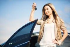Muchacha con llave del coche Fotos de archivo libres de regalías