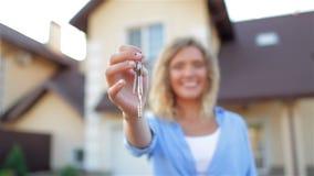 Muchacha con llaves al lado de su nueva casa almacen de video