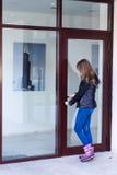 Muchacha con llaves de la casa Imagen de archivo