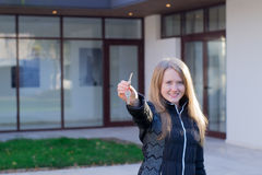 Muchacha con llaves de la casa Imágenes de archivo libres de regalías
