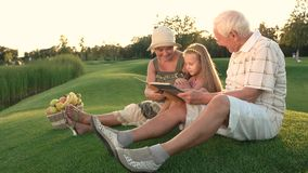 Muchacha con los abuelos, álbum de foto almacen de metraje de vídeo