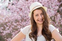 Muchacha con los apoyos que llevan la primavera romántica del sombrero Fotos de archivo