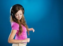Muchacha con los auriculares Fotos de archivo libres de regalías