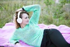 Muchacha con los auriculares Imagen de archivo libre de regalías