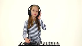 Muchacha con los auriculares en el baile principal a la música Cámara lenta almacen de video