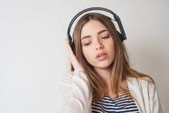 Muchacha con los auriculares, escuchando la música Fotos de archivo