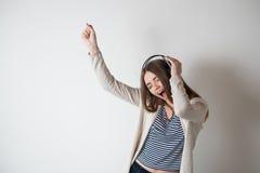 Muchacha con los auriculares, escuchando la música Foto de archivo libre de regalías