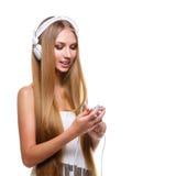 Muchacha con los auriculares grandes en la cabeza Imágenes de archivo libres de regalías