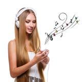 Muchacha con los auriculares grandes en la cabeza Imagen de archivo