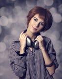 Muchacha con los auriculares modernos. Fotografía de archivo libre de regalías